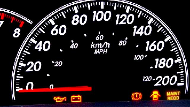 Toyota Yaris II: Kasowanie wezwania do wymiany oleju (Maint Reqd)